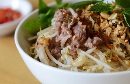 Bún bò Nam Bộ – Frischer Reisnudelsalat mit Rindfleisch aus Südvietnam