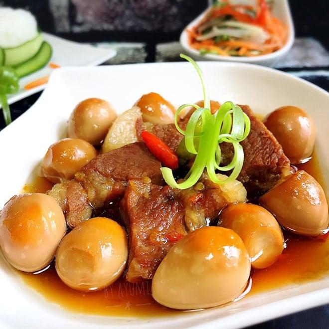 Thịt kho tàu – Karamellisiertes Schweinefleisch mit Eier